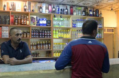 المشروبات الكحولية تصارع التقاليد والتطرّف في الموصل.. ما مصير