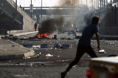 الحكومة تشكل لجان تحقيقٍ بقتل المتظاهرين.. وناشطون: القاتل هو المحقّق!