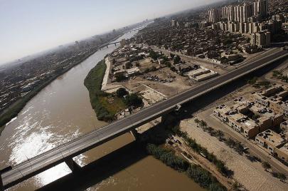 استنفار في السفارة الأمريكية واجتماعات سرية للحشد الشعبي.. ماذا يجري في بغداد؟