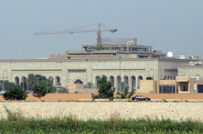 هجوم صاروخي يستهدف السفارة الأمريكية وسط بغداد.. سقط في محيطها مجددًا!